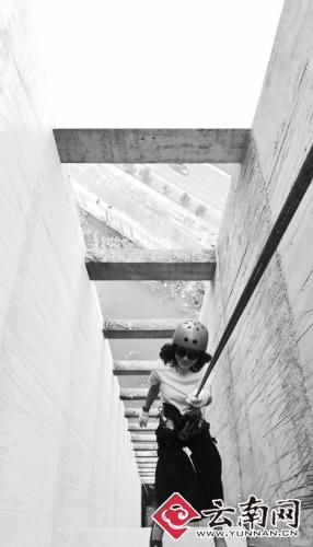 城会玩:60米高烂尾楼上美女帅哥玩速降(图)