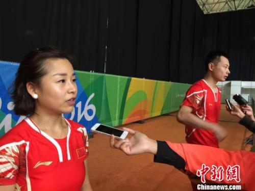 马晋和徐晨在场边接受采访。 记者 卢岩 摄