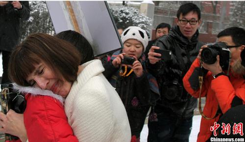 疯狂英语创始人李阳离婚案在北京宣判,法院认定李阳家庭暴力行为成立,并判决。图为李金哭着与支持者相拥。发 韩海丹 摄