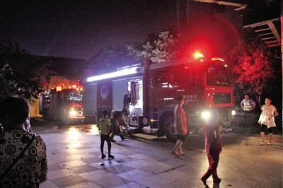 固然消防队员赶快点燃了大火,但家中已一片散乱。 见习记者 燕勇 摄