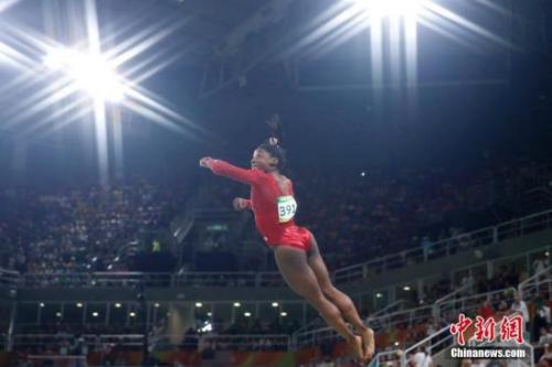 本地时刻8月14日,里约奥运男子跳马决赛中,美国名将拜尔斯用完满两跳播种了在本届奥运会中的第三枚金牌,最后得分15.966,当先第二名超越0.7分。国家小花王妍排名第五。丘索维金娜决赛中的两跳均在落地时呈现失误,最后成果为14.833分,无缘领奖台。图为美国名将拜尔斯在竞赛中。