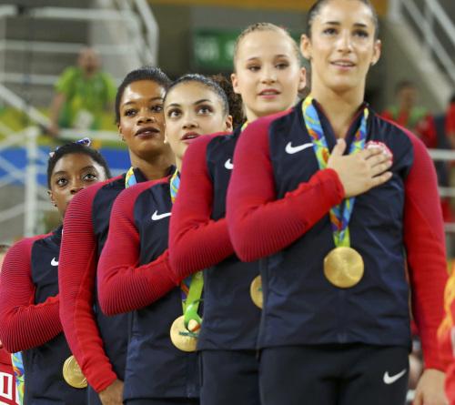 美国选手道格拉斯(左二)在奏国歌时未将手放在胸口。