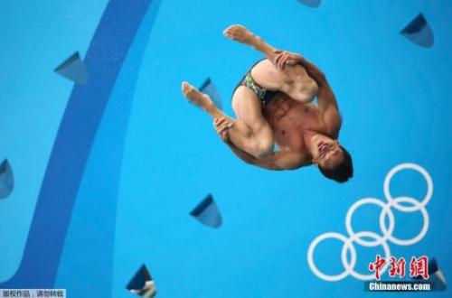 当地时间8月15日,2016里约奥运会跳水男子3米跳板预赛中,中国选手何超第2跳和第3跳出现重大失误,最终排在第21名,无缘晋级。图为何超在比赛中。