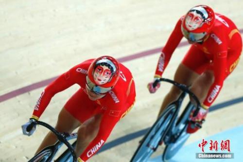 当地时间8月12日,里约奥运会场地自行车女子团体竞速赛,由宫金杰和钟天使组成的中国队以32秒107夺取金牌。图为中国队在比赛中。中新网记者 富田 摄