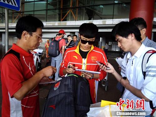 图为射击铜牌得主李越宏在接受中新网记者采访。尚虹波 摄