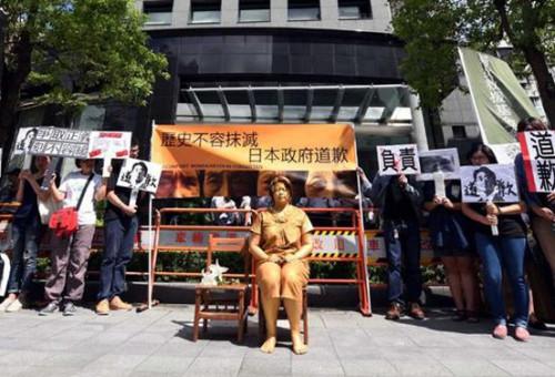 8月15日,抗议者在台北市日本交流协会大楼前举行抗议活动。新华社记者宋振平摄