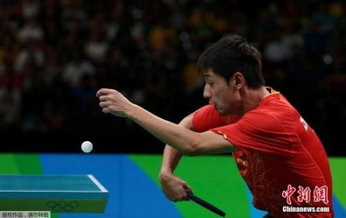 本地时刻8月15日,2016里约奥运乒乓球女子集团半决赛,国家队对阵韩国队。图为张继科在竞赛中。