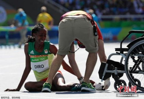 埃塞俄比亚女将埃滕尼什・迪洛参加比赛时被踩掉鞋子,光脚跑完赛程,最终坐轮椅离场。