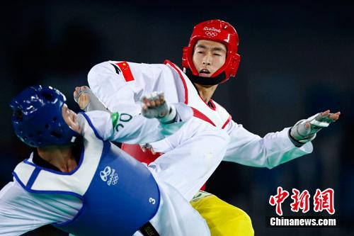 赵帅(白色)在竞赛中。