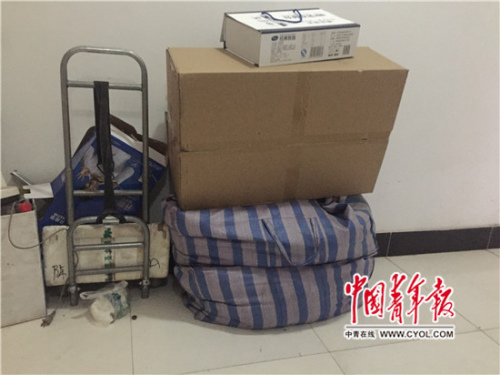 刘伶利死后摆摊所用的包、箱子和小车。国家青年报·中青在线记者 章正/摄