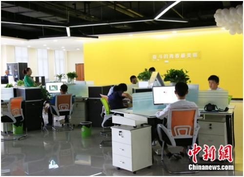 入驻开发区的企业员工正在工作。