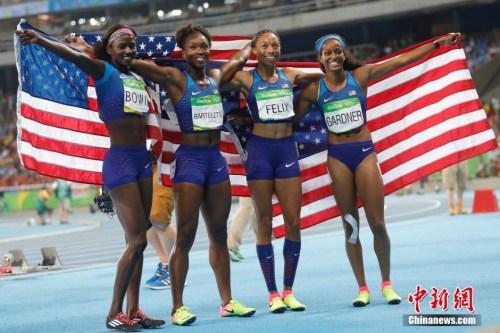 美国队获得2016里约奥运女子4X100米接力冠军,右二为艾莉森中新网记者 盛佳鹏 摄