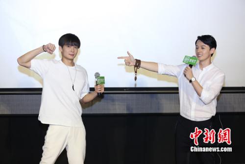 """""""副官""""张铭恩(左)与""""陈皮""""胡耘豪,互换角色重新演绎""""糖油粑粑""""一段对手戏。"""
