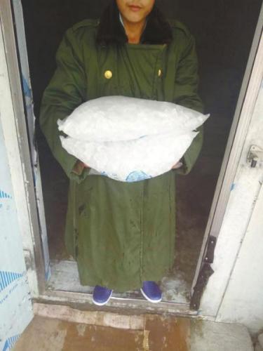 送冰人的冰火两重天:取冰穿棉袄 送冰汗如雨(图)