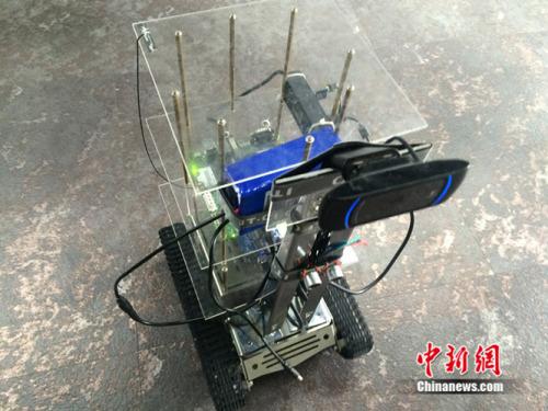 携带AR硬件产品视觉卡的机器。中新网 邱宇 摄