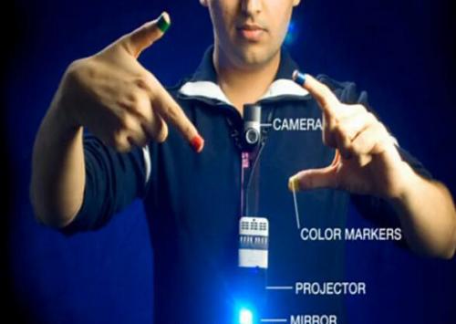 普拉纳夫在TED大会上介绍第六感设备。