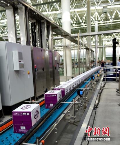 """""""小萄""""的出产线由全世界开始进的灌装线制作厂――德国克朗斯公司描绘缔造"""