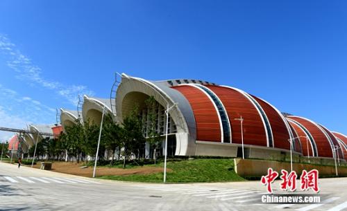 张裕国际葡萄酒城出产核心宏大的橡木桶状的厂房