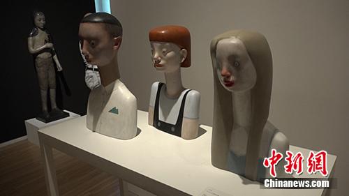 李艺浓的雕塑着作《做个大好人以便看起来像个大好人》。中新网 路伟 摄