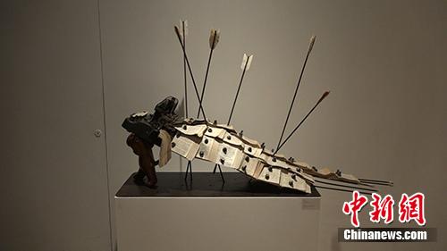 张弱的雕塑着作《受伤的舞狮》。中新网 路伟 摄