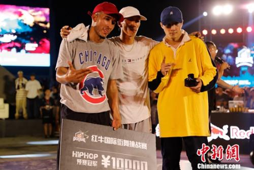 从左至右依次为:冠军ANORE、裁判Drop、亚军Miki
