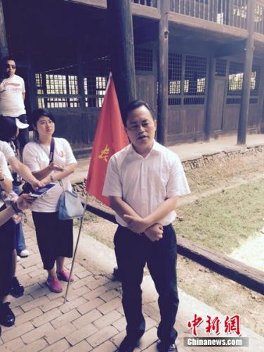 通道侗族自治县县委书记印宇鹰在接受记者采访。 吴涛 摄