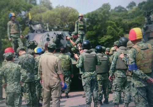 """陆军第六军团表示,该属542旅战2营CM11战车今天射击实弹,在射击第2发后,炮管因不明原因自炮膛排烟器后方断裂,陆军紧急派员检视。陆军""""司令部""""提供"""