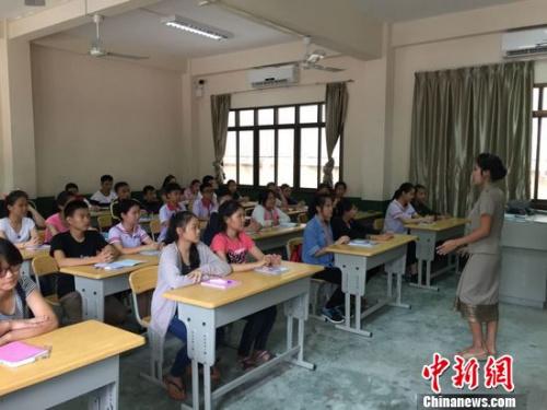 门生们正在进修中文。齐彬 摄