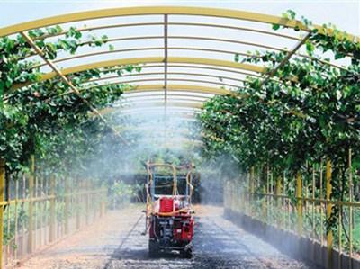 """9月3日,在集科技农业、智慧农业、创意农业于一体的新一代农科示范园――""""绿科秀"""",传化集团向中外媒体记者展示自动打药装置。   新华社记者 陈建力摄"""