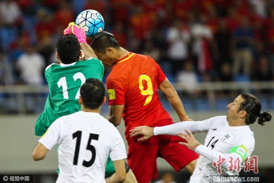 张玉宁在比赛中争点 图片来源:视觉中国