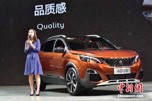 东风标致品牌部P8商务投放项目总监吴少革对4008车型进行讲解