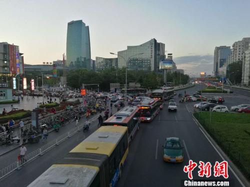 9月8日晚高峰时段,北京市海淀区中关村南大街未出现严重拥堵情况。 中新网记者 张尼 摄