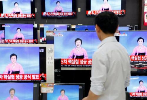 2016年9月9日,一位韩国销售人员在电视上观看有关朝鲜第五次核试验的报道。