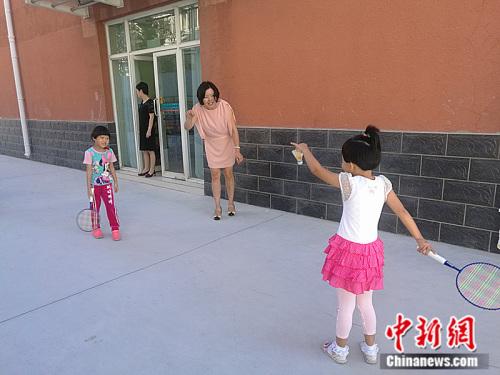 学前班特教老师尹引带领着孩子们做活动。 中新网记者 张尼 摄