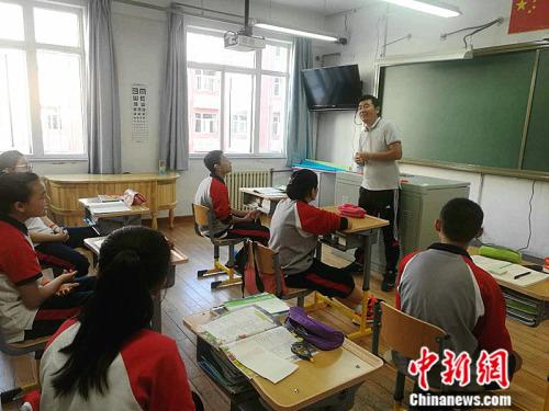 早读时,魏涛会给孩子们讲述有趣的故事,孩子们总是听得津津有味。 中新网记者 张尼 摄