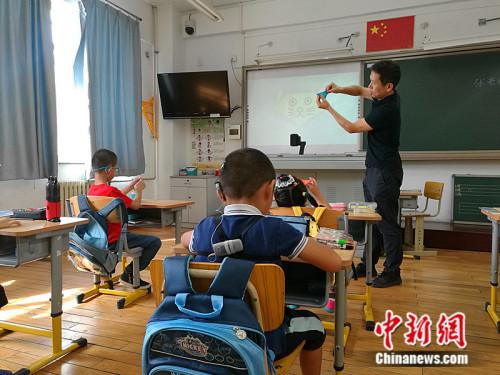 聋哑教师张春东给一年级的孩子们上课。 中新网记者 张尼 摄