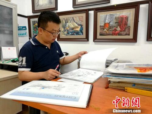 早上没课的时候,王毅会批阅作业,学生们交上来的绘画作品,他每一副都要认真用红笔写上长长一串评语。 中新网记者 张尼 摄