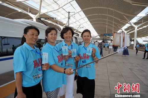 资料图:网友在徐州东站站台自拍合影。周小云 摄