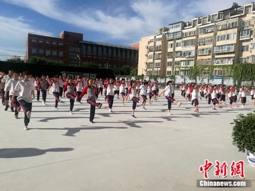 学生们在早操时间做自编操。 中新网记者 张尼 摄