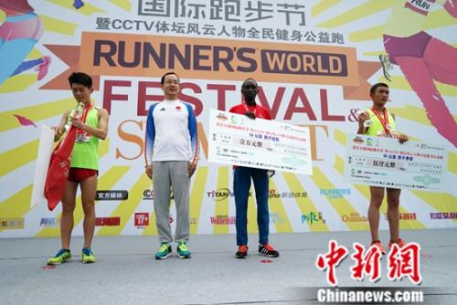 CCTV体坛风云人物全民健身公益跑男子10公里颁奖。主办方供图。