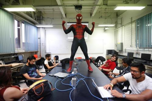 """图1 老师扮""""蜘蛛侠""""授课。"""
