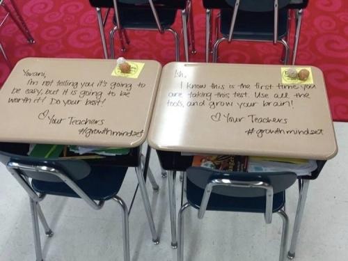 老师在学生课桌上留言。