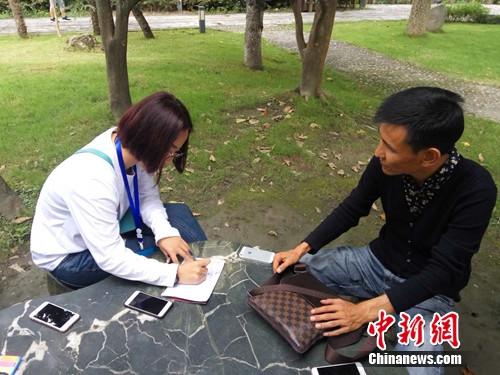 图为马晓兵接受记者采访。吕春荣 摄