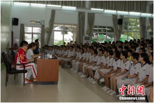 杜丽、庞伟和国华纪念中学学生交流