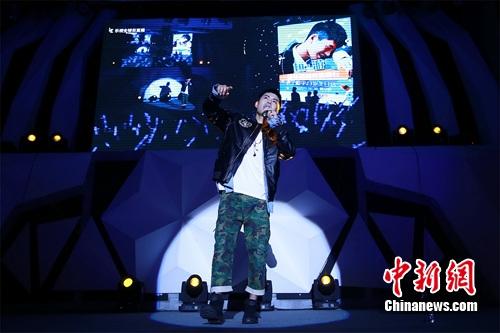 宁桓宇与歌迷互动。 主办方供图
