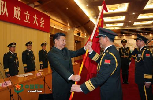 这是习近平向桂林联勤保障中心主任、政治委员授军旗。记者冯凯旋摄