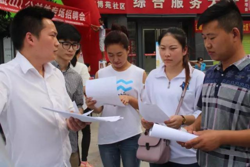 """在安徽合肥,就业岗位送到""""家门口""""。中新社记者 钟欣摄"""