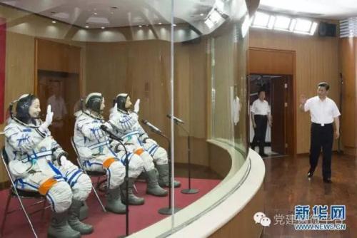 2013年6月11日,习近平来到酒泉卫星发射中心航天员公寓问天阁,为即将出征的航天员聂海胜、张晓光、王亚平壮行。李学仁 摄