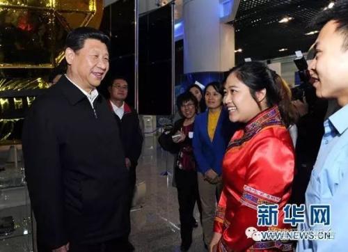习近平和在展厅参观的优秀青年代表交谈。新华社记者 饶爱民 摄