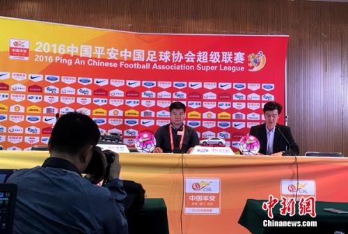 """李金羽赛后出席新闻发布会,赞扬全队踢出""""永昌精神""""。记者王牧青摄。"""